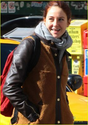 normal_shailene-woodley-nyc-day-off-04.jpg