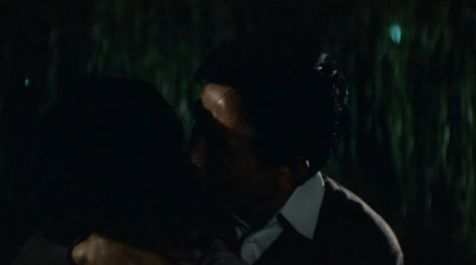 【富司純子】野外で抱き合ってキスを交わすラブシーン