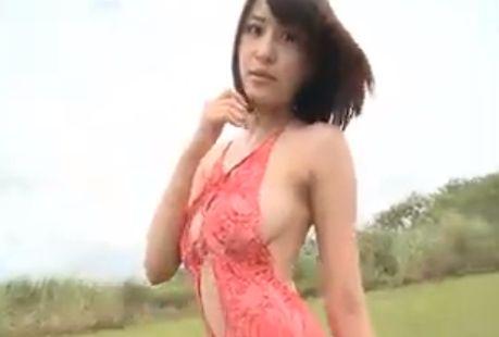 【岸明日香】野外でセクシーな背中を大胆露出