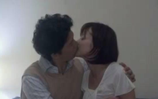 【さとう珠緒】舌を絡め合うキスシーン