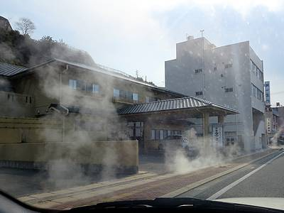車窓から見た小浜温泉街