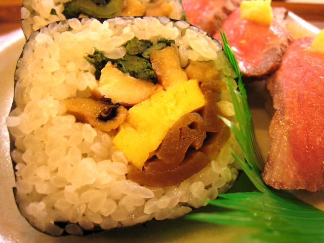 飛騨牛炙り寿司とやんさ巻き