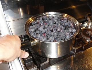 2013 庭で採れたブドウを煮る1