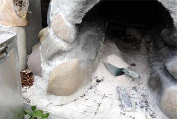 2013 五右衛門風呂の灰を集める