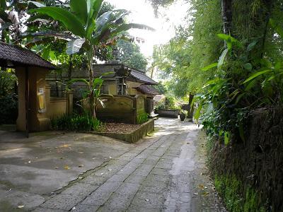 ホテル外の道