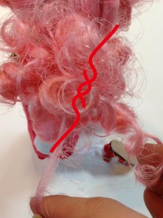 結んだ毛束の先を更に細かく割くとほどけにくくなります