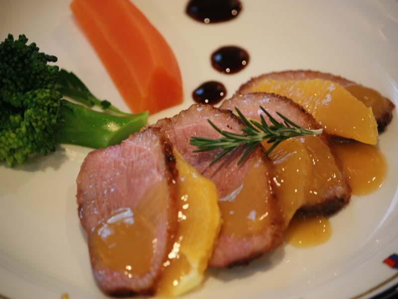 フランス産鴨肉の自家製温燻ロースト・地元季節野菜添え