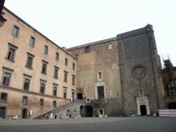 ナポリ23ヌオヴォ城中庭