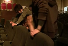 ゲイ動画:ノンケ学生ポルノ映画館で男にフェラされちゃった・・。