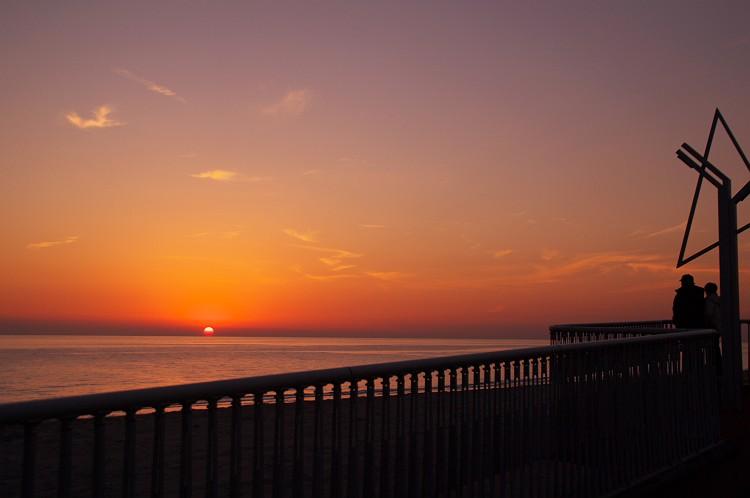 沈む夕日を見つめて