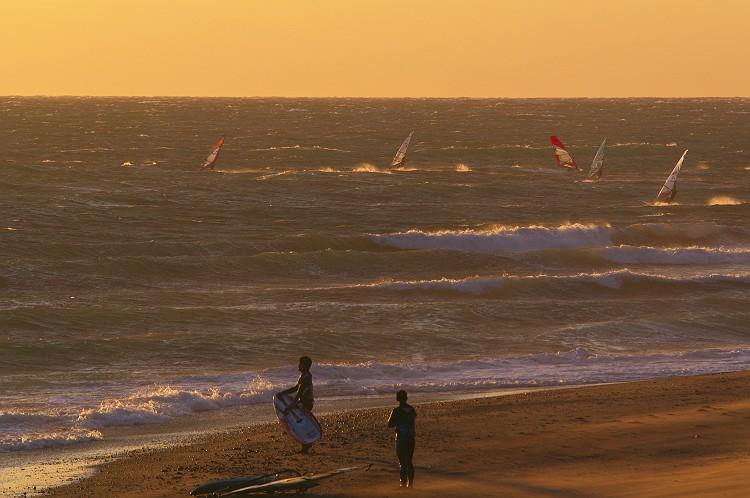海とサーファーと
