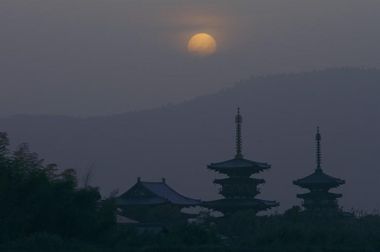 奈良 薬師寺の夜明け