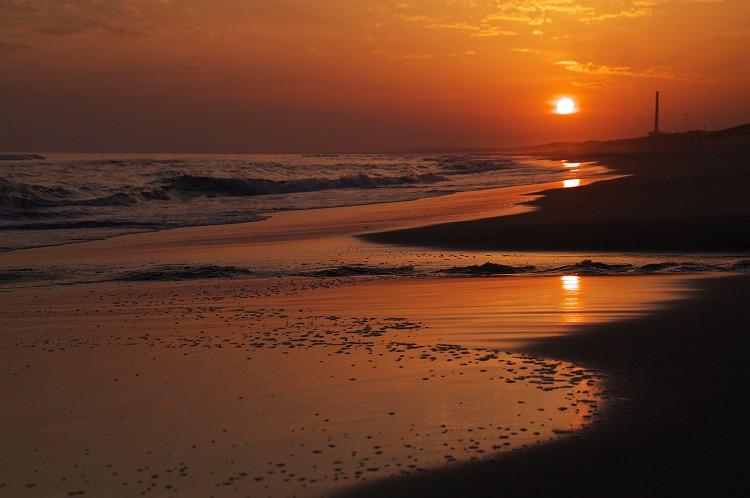 遠州灘、潮騒橋の夕暮れ