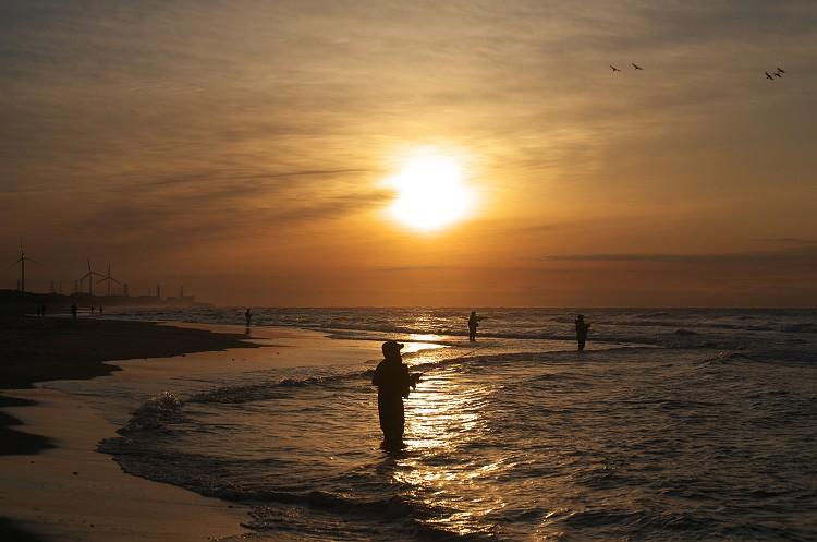 夜明けの釣り人