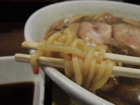 松茸入り牡蠣と幻の鶏皮の貝醤油ラーメンの麺