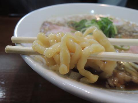 濃口・ブタニボ醤油ラーメンの麺