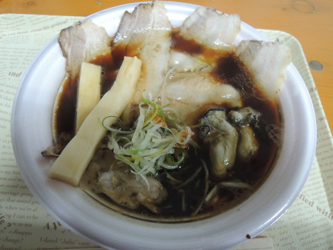 じっくり熟成牡蠣ブラック(800円)+チャーシュー増し(200円)