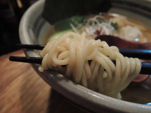 海老ワンタン麺の麺
