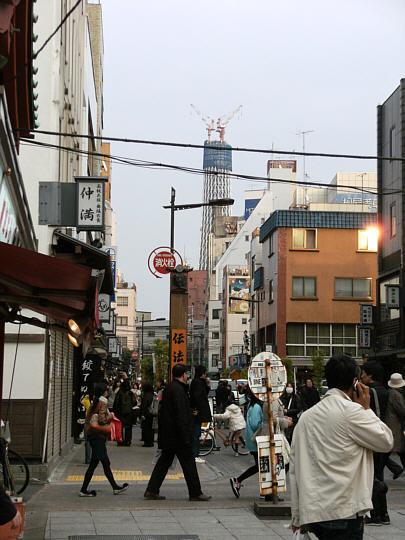 浅草寺の参道十字路から見たスカイツリー