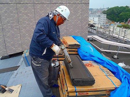 04 シングル屋根材接着剤塗布
