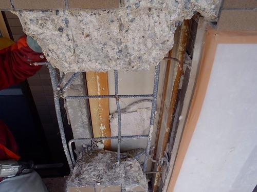 06 西面磁器タイル壁斫り完了