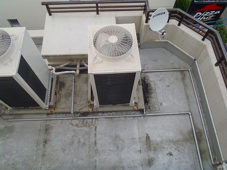 03 室外機下のシート防止層の剥離