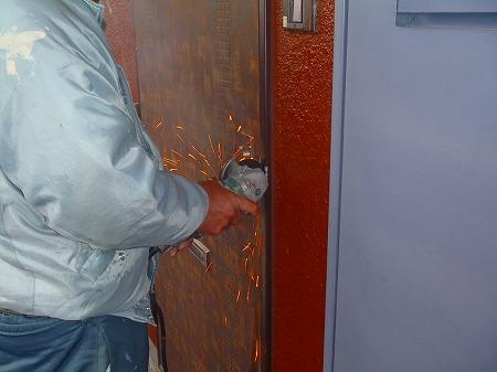 03 玄関扉ロックの解除 サンダーで鍵の爪を切断