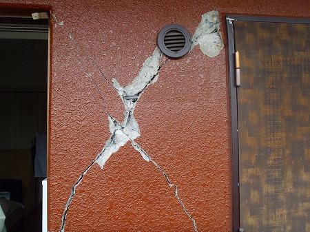01 開放廊下壁のひび割れ・欠損02