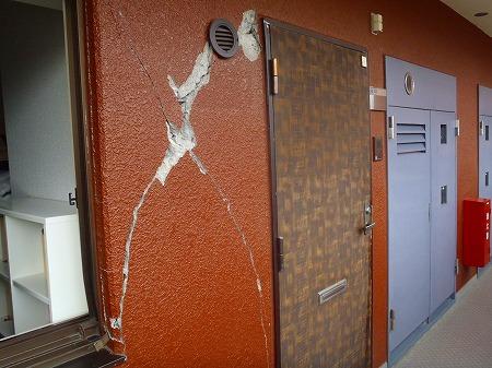 01 開放廊下壁のひび割れ・欠損01