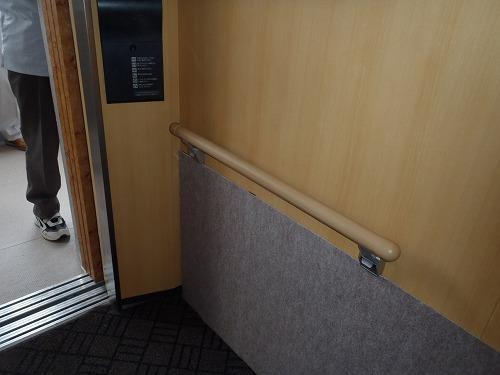 05 エレベーターカゴ内の手摺