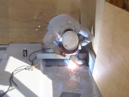 08 縞鋼板の溶接作業