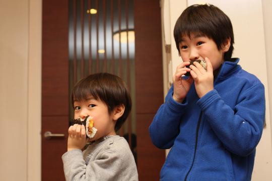 恵方巻を食べる二人