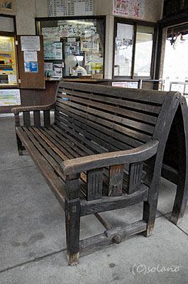 遠州森駅待合室にある古い木製ベンチ