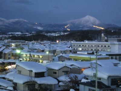 磐梯山とナイタースキー場の灯