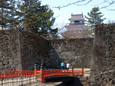 赤瓦の鶴ヶ城天守閣