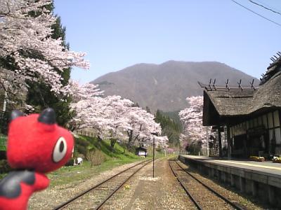 湯野上温泉駅と桜_2010/05/04