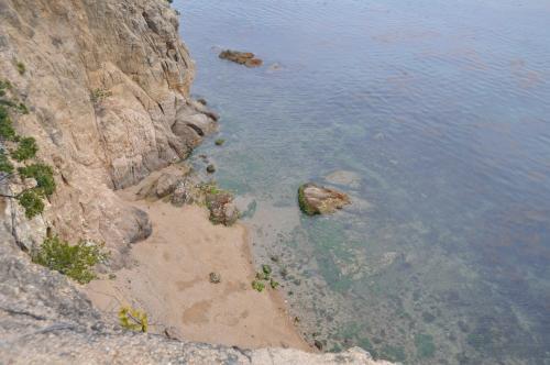 弁天島(エンジェルロード手前の島)から海を見下ろす