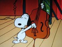 ベースを弾くスヌーピー