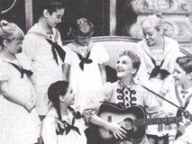 舞台でマリアを演じる メアリー・マーティン(中央 )