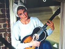 窓辺で「ムーン・リヴァー」を弾き語り