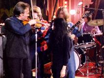 若きイヴリー・ギトリス、ミック・ジャガー、小野洋子(後ろに )ジョン・レノン The Dirty Mac