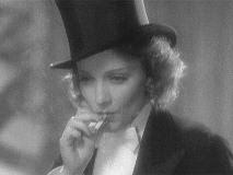 「モロッコ 」でアミー・ジョリーを演じるマレーネ・ディートリヒ