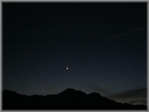 金星と三日月と飛行機雲