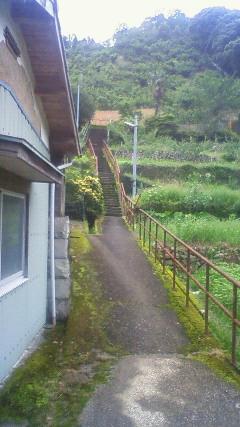 階段を上ると駅があります