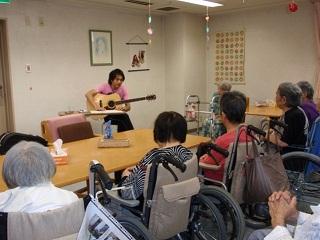 東京都 足立区 介護老人保健施設(入所・短期入所・通所リハビリ) 千寿の郷 コンサート ギター演奏