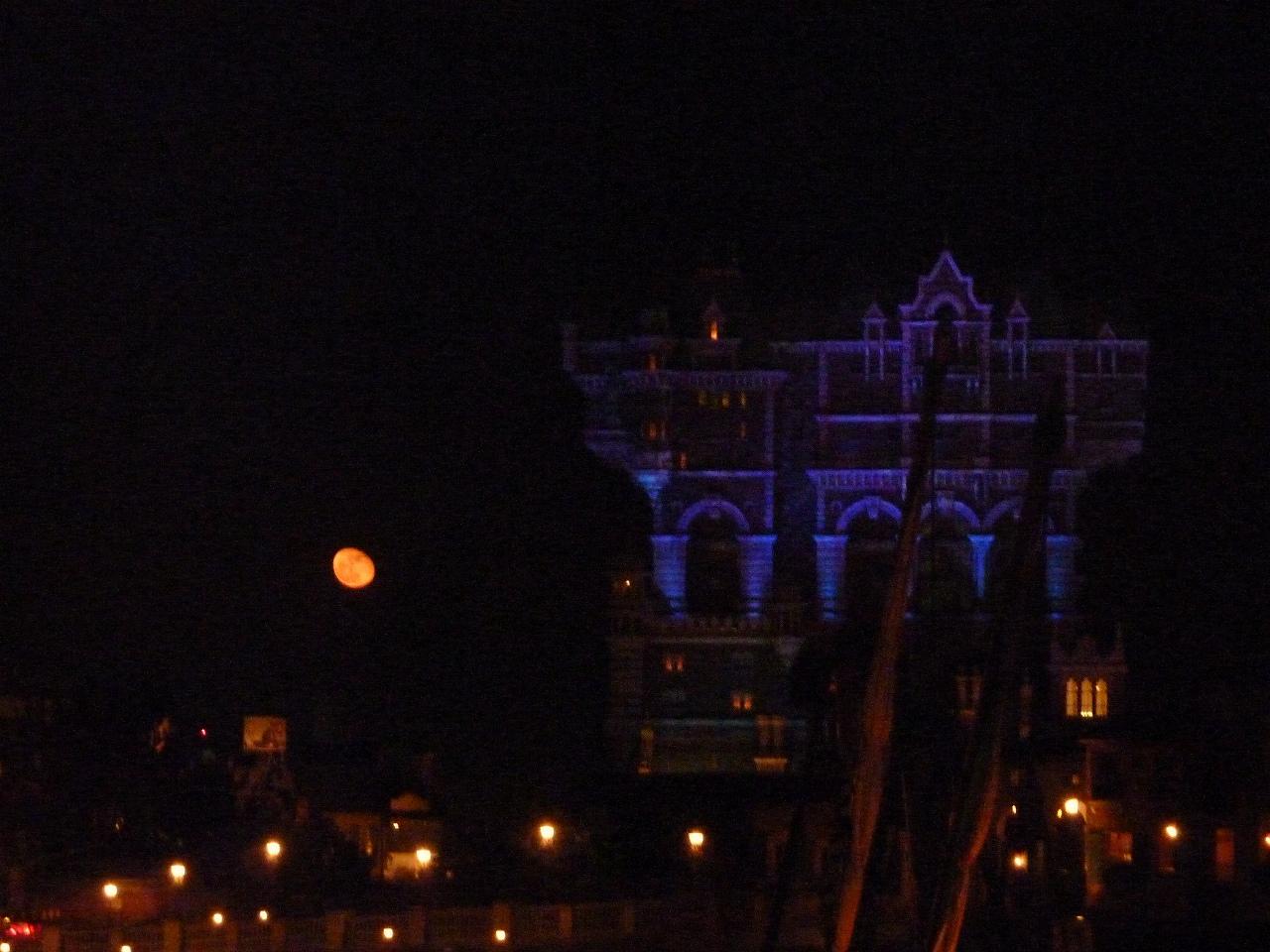 タワーオブテラーと赤い月
