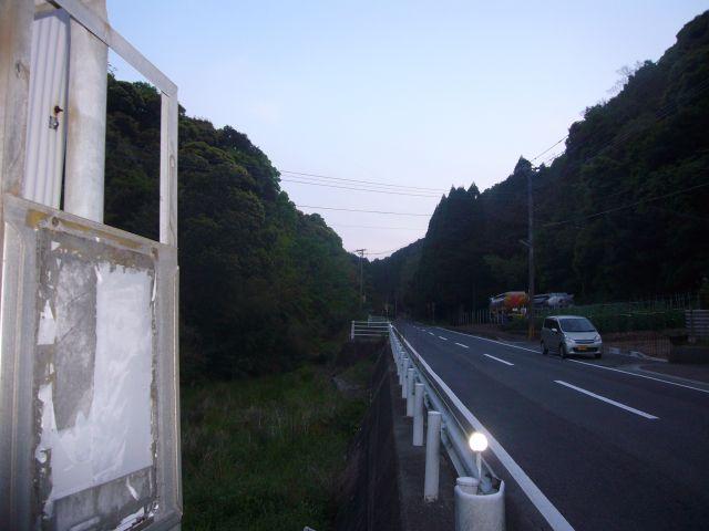 古道バス停より先を望む