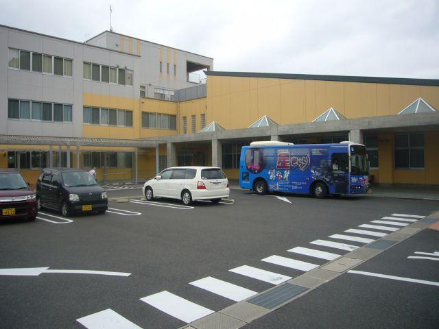 総合教育センター全景バス停車