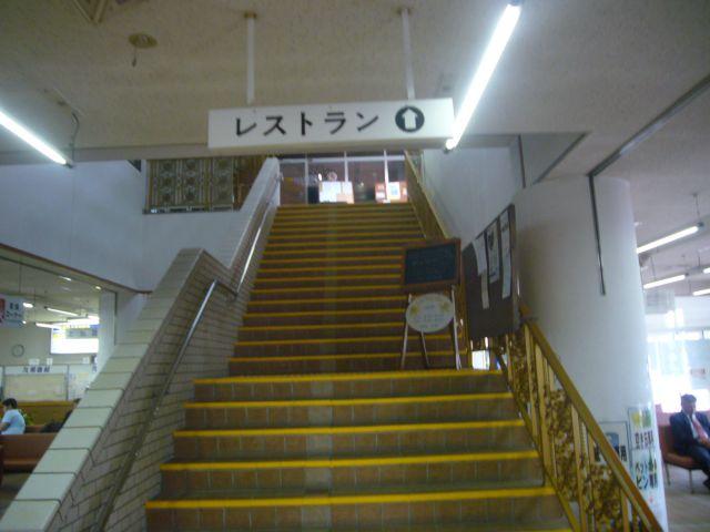鯨瀬ターミナル:2階のレストランへの階段
