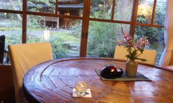 亀の井 梅酒と机